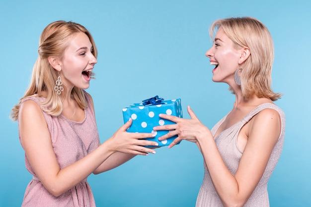 Überraschender freund der frau mit geschenk