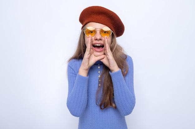 Überrascht, jemanden anzurufen, der ein schönes kleines mädchen trägt, das eine brille mit hut trägt