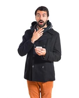 Überrascht mann spricht mit mobilen