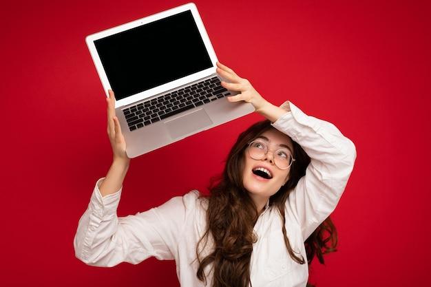 Überrascht überglücklich schöne lächelnde glückliche junge frau mit computer-laptop und blick auf netbook