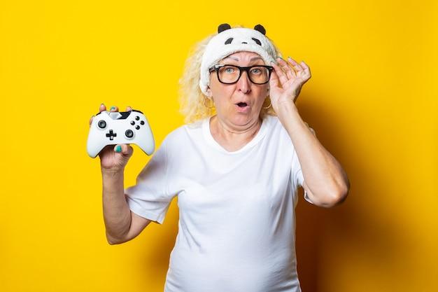 Überraschte alte frau mit joystick in schlafmaske