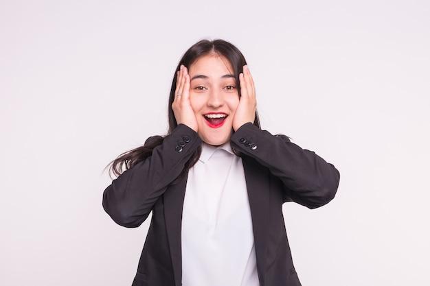 Überraschte asiatische junge frau mit roten lippen, die schwarzen anzug auf weiß tragen.