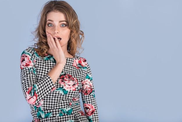 Überraschte attraktive frau im eleganten kleid