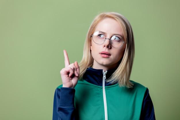 Überraschte blonde frau in 80er jahren kleidung und brille