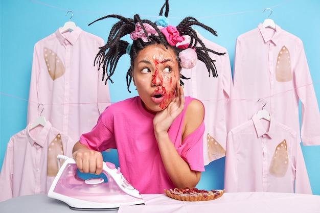 Überraschte ethnische teenagerfrau mit schmutzigem gesicht