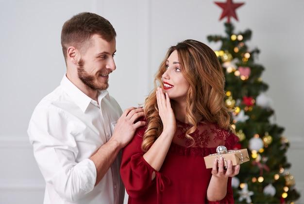 Überraschte frau, die ein geschenk erhält