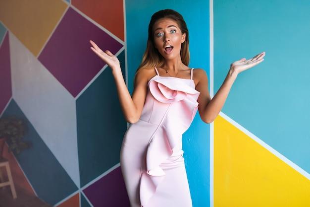 Überraschte frau im rosa kleid, model