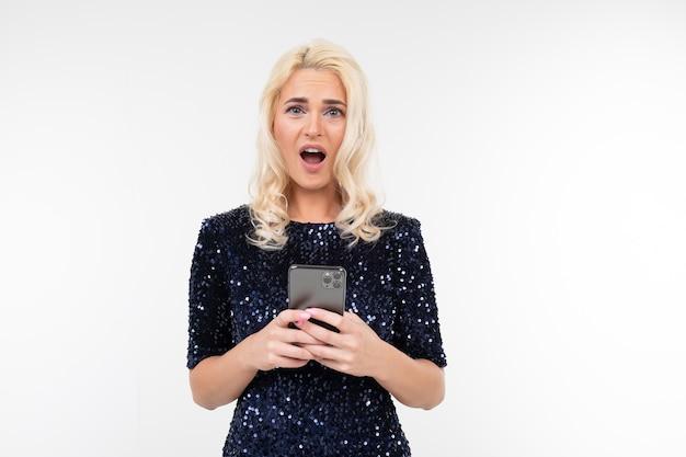 Überraschte frau in einem glänzenden kleid mit einem telefonkopierraum
