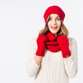 Überraschte frau in winterkleidung