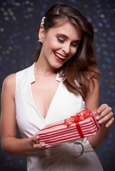 Überraschte frau mit rotem geschenk