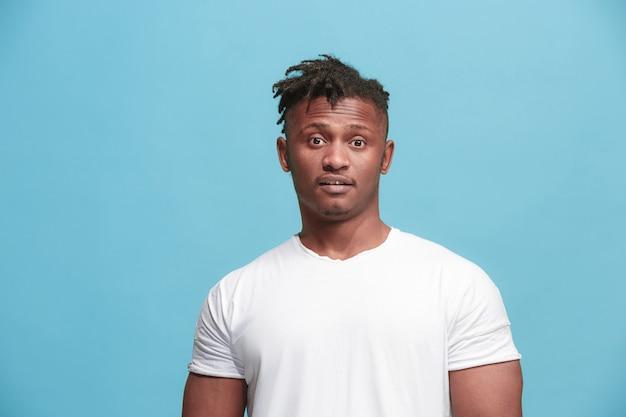 Überraschte geschäft afroamerikaner mann stehend