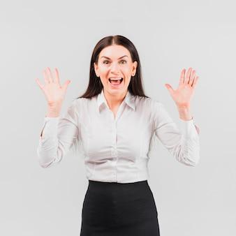 Überraschte geschäftsfrau im rockanzug