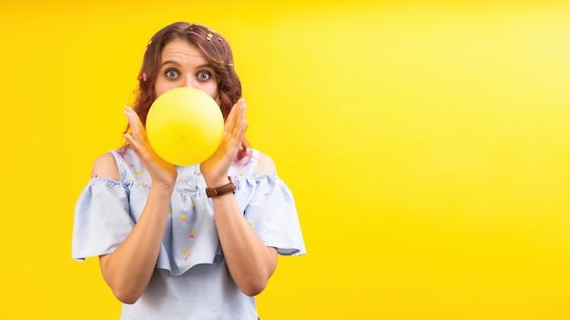 Überraschte kaukasische frau mit einem ballon