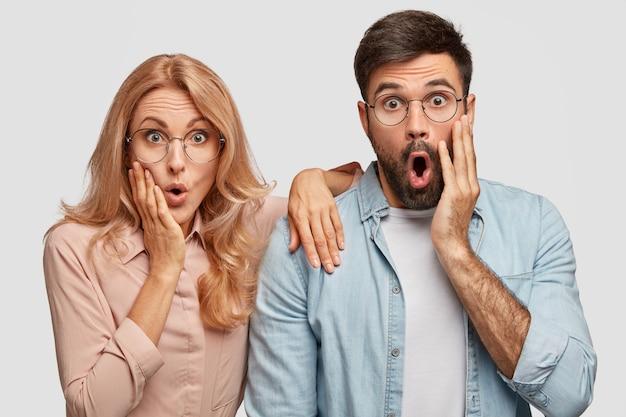 Überraschte liebhaber erwarten nicht, jemanden im haus zu bemerken, halten sie die hände auf den wangen