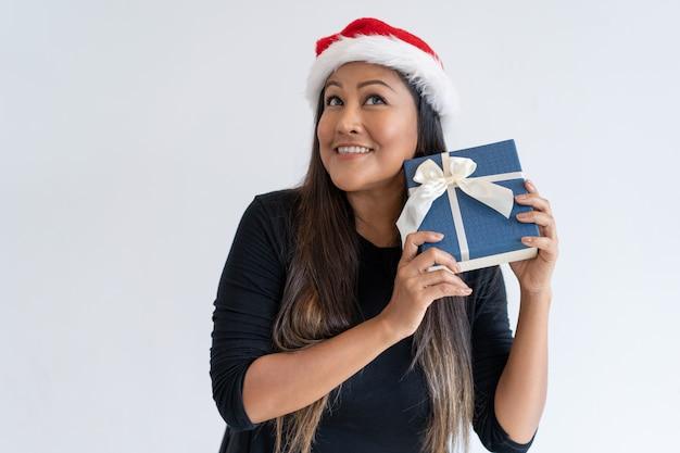 Überraschte mischung lief frau im weihnachtshut