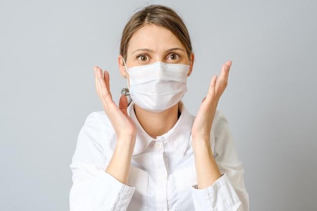 Überraschter arzt in maske isoliert