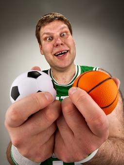 Überraschter basketballspieler