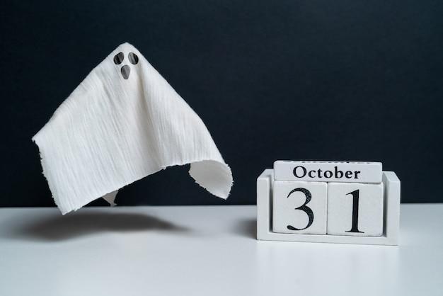 Überraschter geist neben dem oktober-kalender-halloween-urlaub