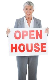 Überraschter immobilienmakler, der zeichen für offenes haus hält