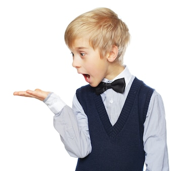 Überraschter junge, der etwas zeigt und zur hand schaut