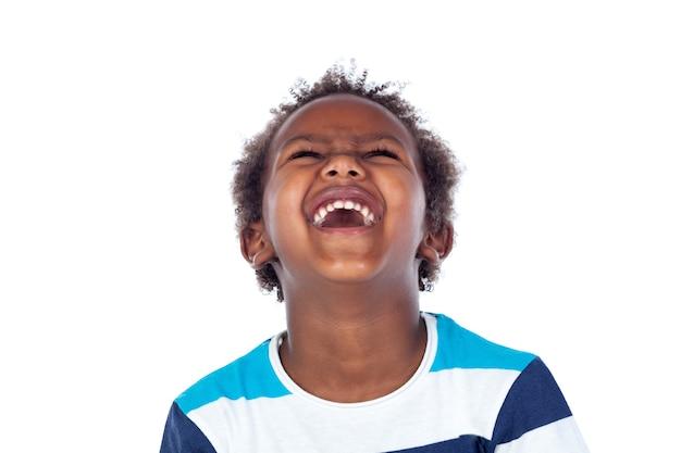 Überraschter junge, der laut heraus lacht