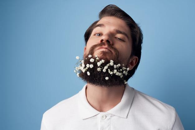 Überraschter mann mit bartblumen barbershop-stil
