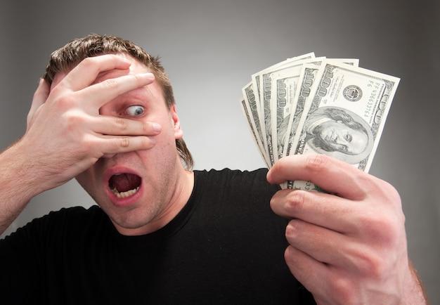 Überraschter mann mit geld