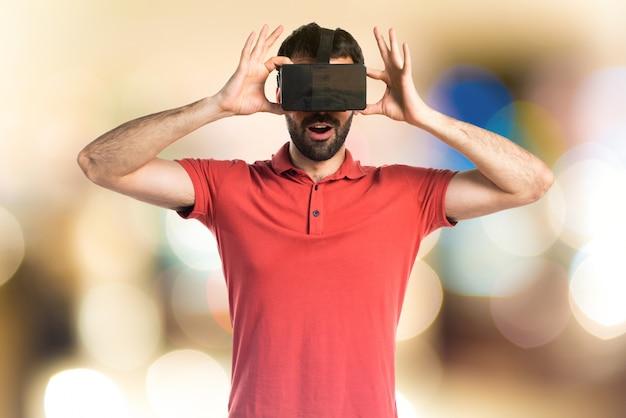 Überraschter mann mit vr-brille auf unfocused hintergrund