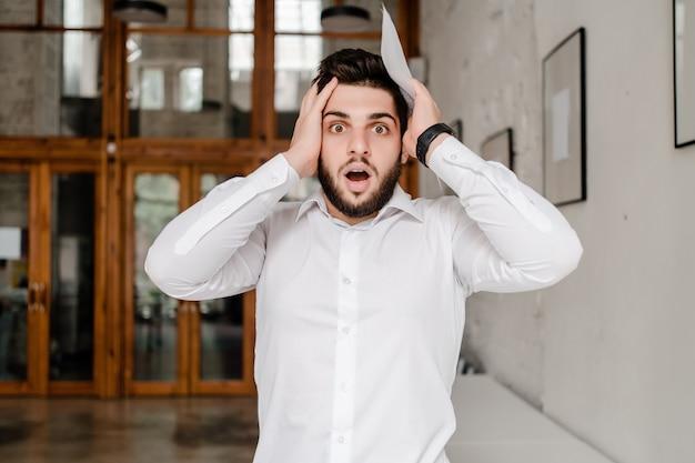 Überraschter und verwirrter mann im büro