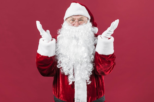 Überraschter weihnachtsmann in den gläsern mit den händen oben