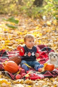 Überraschtes baby mit teddybären betreffen eine decke