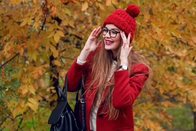 Überraschtes gesicht. herbstpark. hübsche junge dame, die geht und natur genießt.