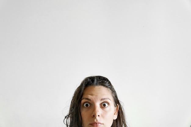 Überraschtes halfwomanhauptporträt. verkauf oder angebot posster. lebensstil lustig