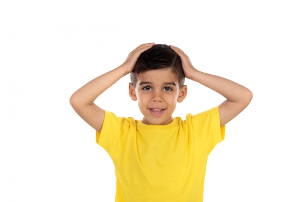 Überraschtes kind mit gelbem t-shirt