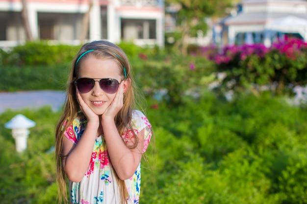 Überraschtes kleines mädchen auf sommerferien