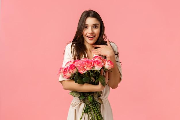 Überraschtes mädchen erstaunt und berührt mit schönen rosen freund auf date gebracht