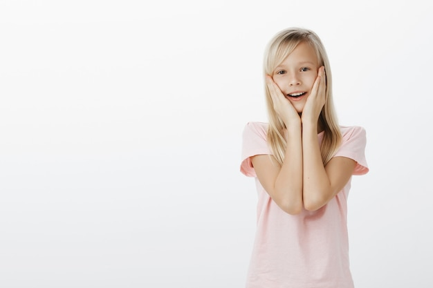 Überraschtes süßes kind, das erstaunt und glücklich aussieht