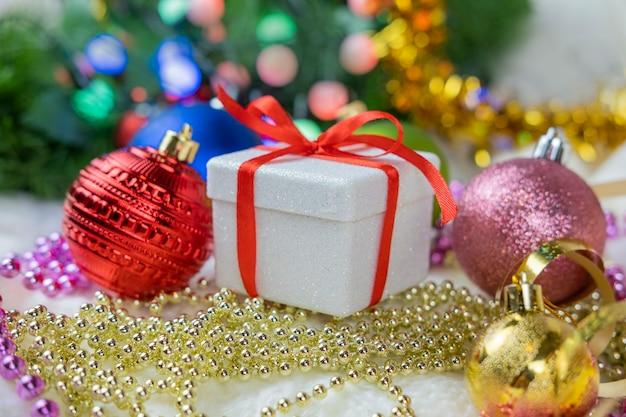 Überraschungsgeschenk mit einer roten schleife für die winterferien neujahr und valentinstag