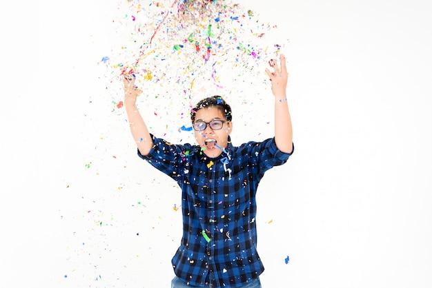 Überraschungsparty-leute mit bunten konfettis mit glücklichem gefühl am wochenende - feiertag