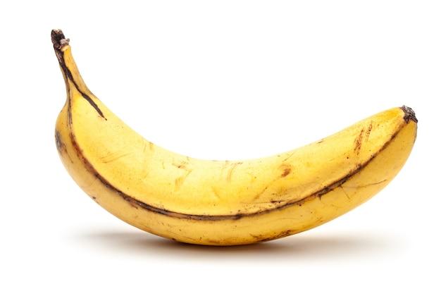 Überreife alte banane. gelbe banane mit schwarzen punkten. auf einem weißen hintergrund isoliert.
