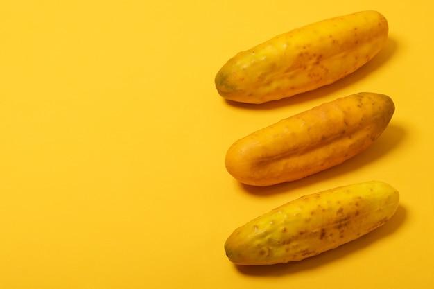 Überreife gelbe gurken auf gelbem hintergrund isoliert