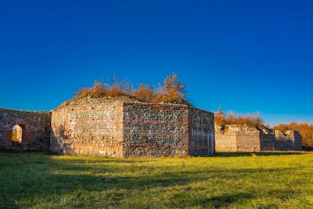 Überreste des antiken römischen komplexes von palästen und tempeln felix romuliana in der nähe von gamzigrad, serbien. seit 2007 ist es als unesco-weltkulturerbe ausgewiesen