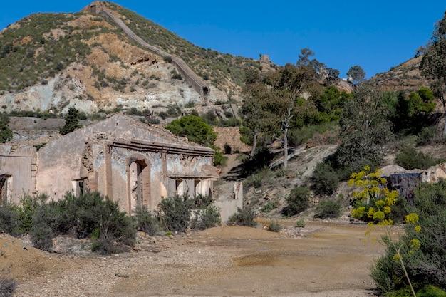 Überreste des baus der alten minen in mazarron murciaspain