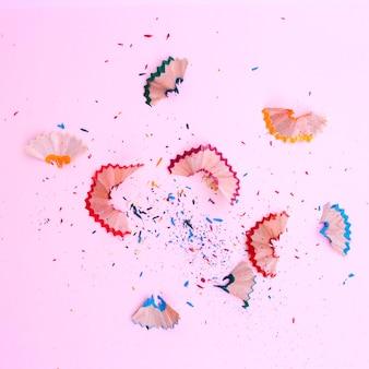 Überreste von scharfen bleistiften auf rosa hintergrund