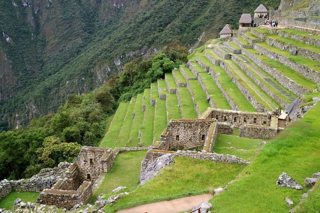 Überreste von wohngebiet und landwirtschaftlichen terrassen am hang von machu picchu, peru