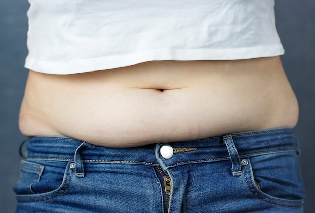 Überschüssiges fett am bauch, das konzept der gewichtsabnahme