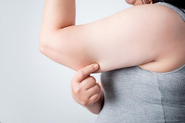 Überschüssiges fett unter den armen von frauen, die übergewichtig sind