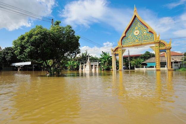 Überschwemmter tempel in nakorn rachasrima nordöstlich von thailand.