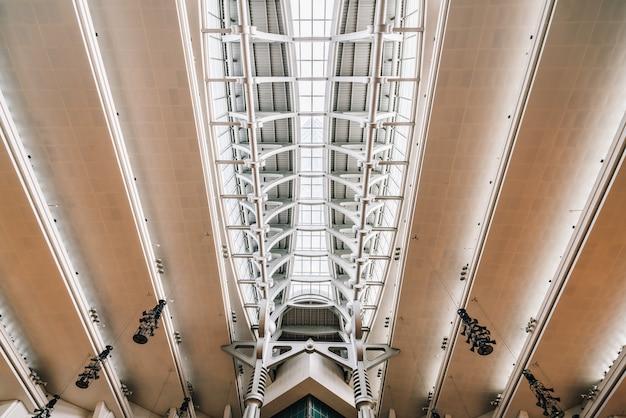 Übertragen sie superstrukturdecke mit fensterglas innerhalb wolkenkratzers taipehs 101 in taipeh, taiwan. modernes und kundenspezifisches strukturdetail.