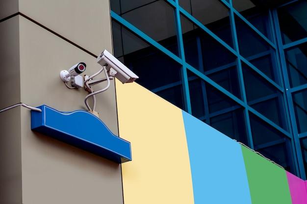 Überwachungskamera an der ecke des hauses